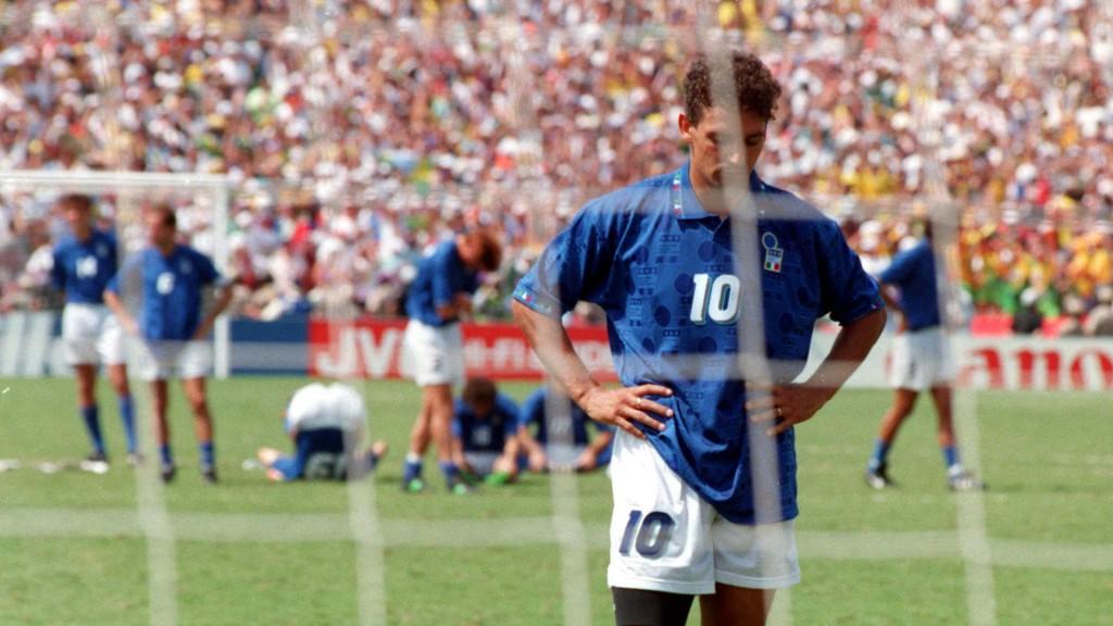 La delusione di Roberto Baggio dopo l'errore dal dischetto in finale