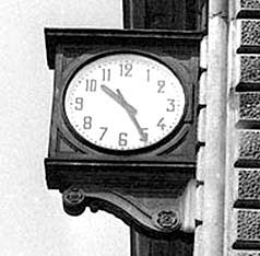 l'orologio è ancora fermo all'ora della strage