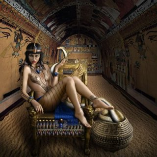 cleopatra è sempre lì a governare, negli stessi panni che usava 2000 anni fa