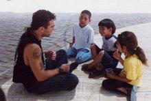 vittorio arrigoni al lavoro con i bimbi di gaza